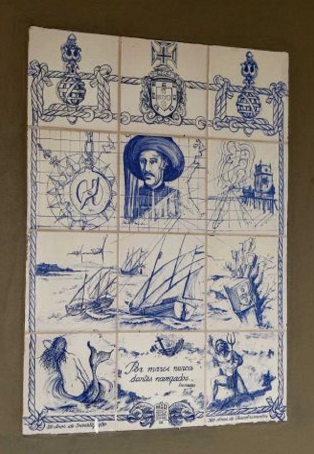 Painel de azulejos portugueses retratando Os Lusiadas de Luis de Camoes
