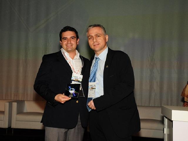 adriano-fonseca-ccbp-pr-entrega-premio-de-inovacao-e-tecnolgoia-brasil-solar-a-joao-ribeiro-da-canadian-solar