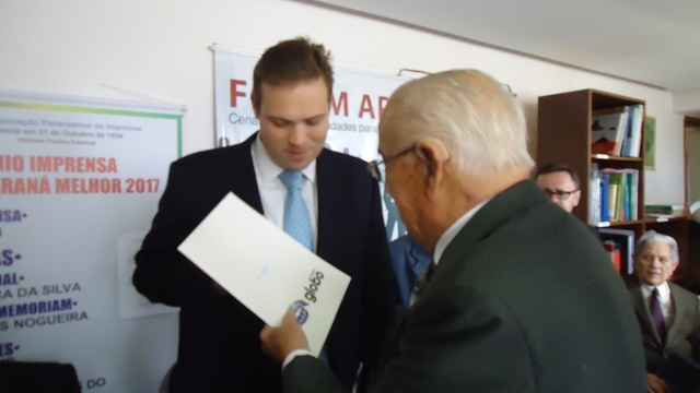 Dr. Amadeu da Costa entrega certificado ao Dr. Gustavo de Pauli Athayde