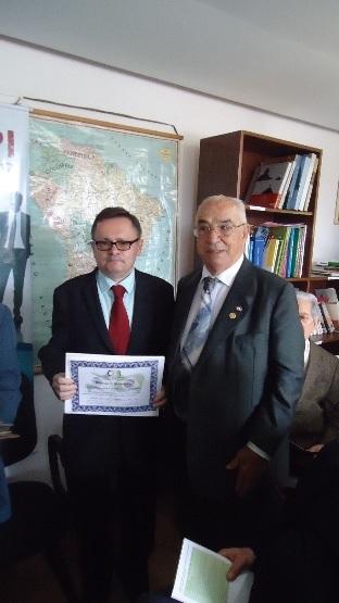 Dr. Amadeu da Costa entrega certificado ao Prof. J. M. de Barros Dias