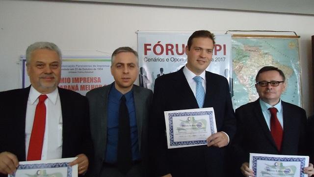 Da esquerda para a direita, Dr. Antônio Athayde, Adriano Fonseca (Vice-Presidente da CCBP-PR e Secretário do IRIP), Dr. Gustavo de Pauli Athayde e Prof. J. M. de Barros Dias