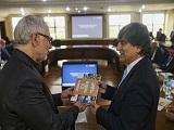 Secretario Carlos Martins (a direita) entregou um livro com o historico do processo de gestao de residuos portugues ao presidente Edson Campagnolo_Capa