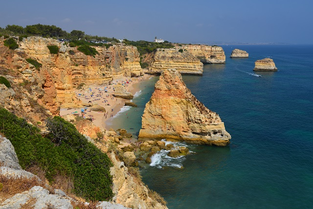 Vista da praia da marinha no algarve portugal